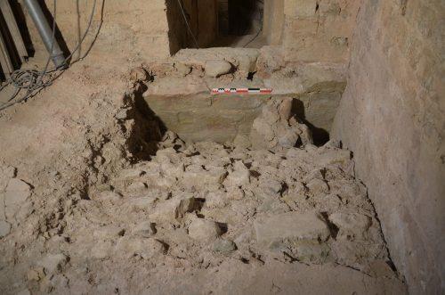 Sondage dans les reins de la voûte de la sacristie : sous la mire, l'amorce de voûte antérieure (© SDA 04)