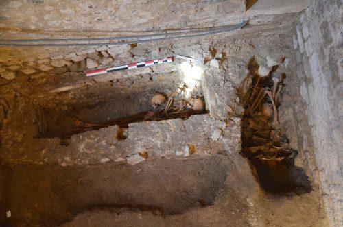 Dépôt primaire dans le caveau 503 et dépôt secondaire dans une fosse voisine, installée contre les fondations de la cathédrale du XIIe siècle