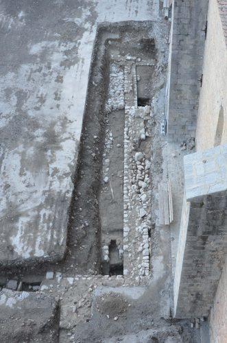 Les fondations de l'église antérieure, découvertes en 2012 au sud-ouest de la cathédrale actuelle (© SDA 04)